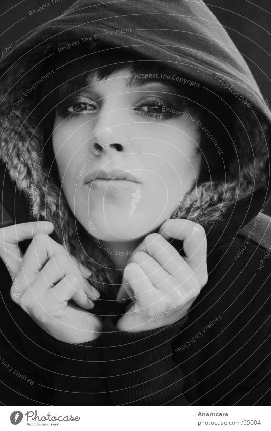 Sheltered Frau feminin Kapuze Porträt schwarz weiß Nahaufnahme Hand dunkel frieren gefährlich heizen Jacke Einsamkeit Schwarzweißfoto Sicherheit Schutz Wärme