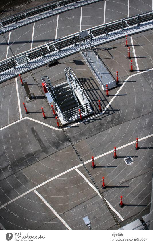 Teststrecke für Parkplatzsuchende (Abschnitt 2) weiß rot grau Lampe Linie Platz Beton Verkehr modern leer neu Streifen Sicherheit rund Schönes Wetter Geländer