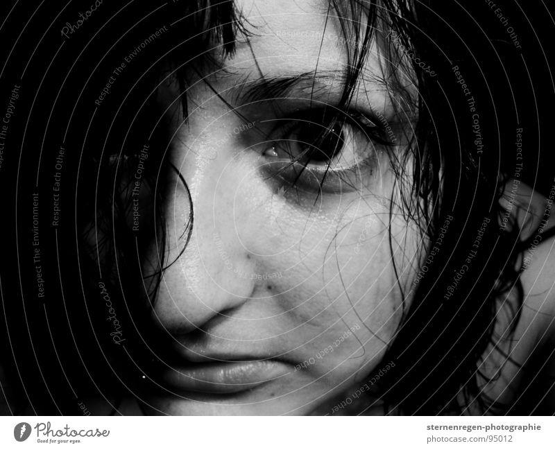. schwarzhaarig Piercing Lippenpiercing Sehnsucht nass Selbstportrait Frauengesicht Trauer nasse haare Auge schwarze augen Wasser Angst Schwarzweißfoto