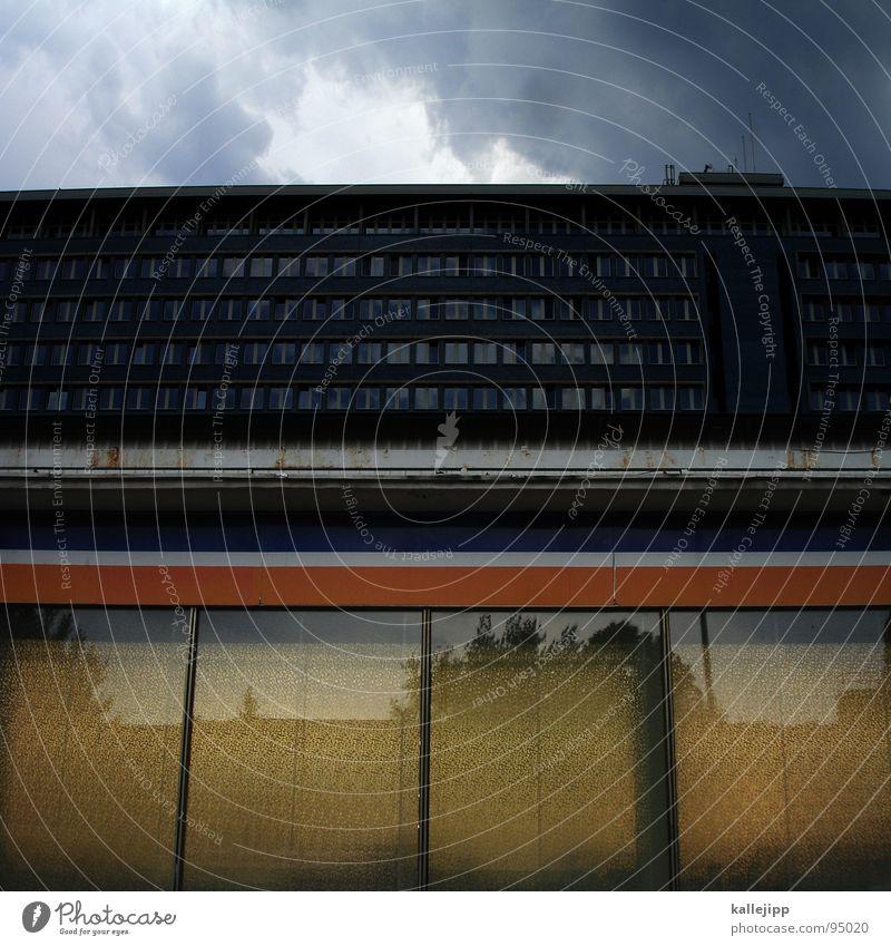 = parallel Linie horizontal Horizont Supermarkt Plattenbau Feierabend Plus Buchstaben Fenster Reflexion & Spiegelung Lampe Lebensmittel Vergangenheit Mieter