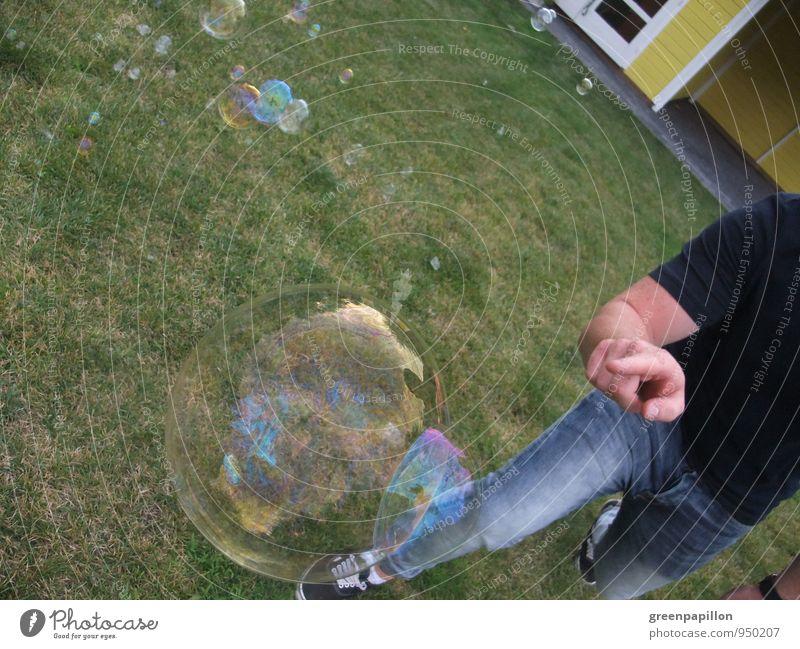 Träume zerplatzen Leben Sinnesorgane Freizeit & Hobby Spielen Sommer Garten Mensch maskulin Kind Junge Junger Mann Jugendliche Hand Finger Wasser Frühling