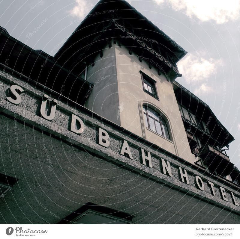 Kaum Aussichten alt Einsamkeit dunkel Fenster Beton trist bedrohlich Hotel verfallen Österreich