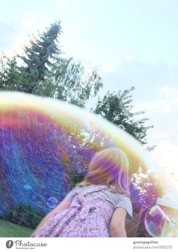 Seifenblasenrennen Kind Sommer Mädchen Freude Frühling Spielen Glück träumen Familie & Verwandtschaft Wetter Freizeit & Hobby Kleid Spiegel fangen Kleinkind