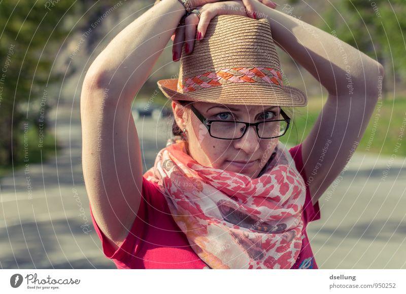 nicht ohne meinen Hut feminin Junge Frau Jugendliche Oberkörper 1 Mensch 18-30 Jahre Erwachsene T-Shirt Schmuck Brille Schal brünett Freundlichkeit trendy schön