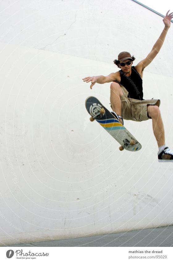 ... landeversuch ... Sport belasten Gesundheit Freizeit & Hobby springen Skateboarding Beton Wand Sonnenlicht Mann Junger Mann Mütze Shorts Sprungkraft