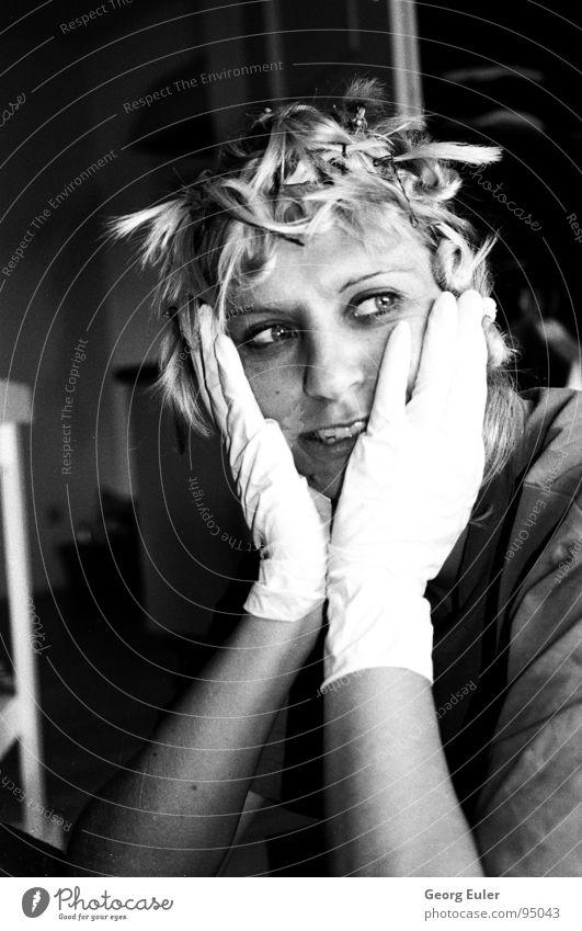 Der Spass beim Haare färben Frau Freude Gefühle Denken Reihe Handschuhe