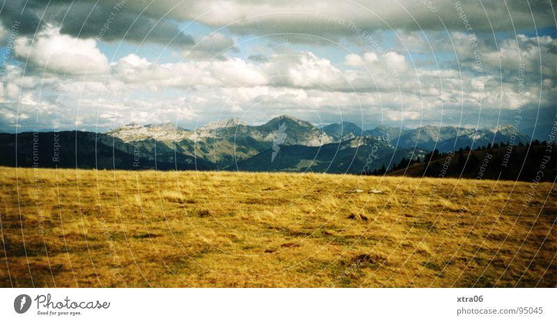 Annecy 3 - Weite Himmel blau Wolken gelb Berge u. Gebirge Horizont Aussicht Frankreich