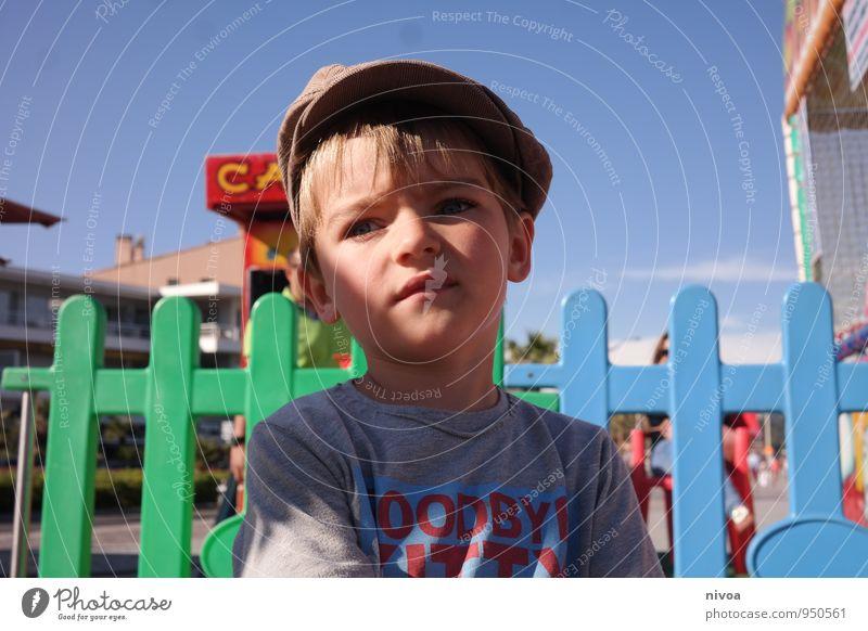 rummelplatz Mensch Himmel Kind Ferien & Urlaub & Reisen Sommer Gesicht Junge Denken Feste & Feiern Kopf Freizeit & Hobby blond stehen Kindheit warten Ausflug