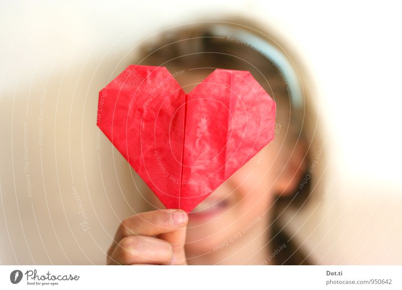 Origami love Mensch Kind rot Mädchen Liebe Gefühle feminin Glück Kopf Zusammensein Freundschaft Kindheit Fröhlichkeit Kommunizieren Herz Finger