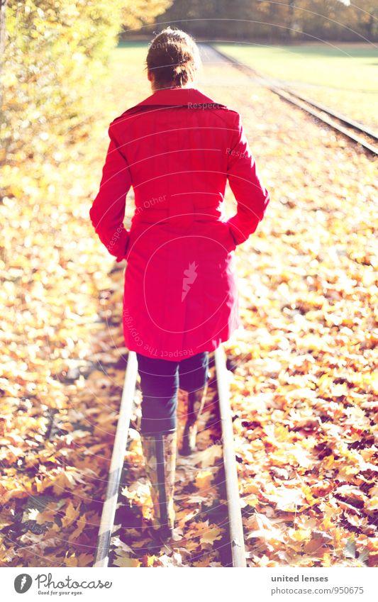 AK# Walk In The Park Frau rot Blatt Herbst Stil Kunst Mode Zufriedenheit laufen ästhetisch Spaziergang Gleise Herbstlaub herbstlich Mantel