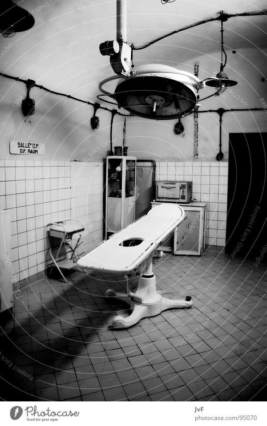 [OP][OK] Krankenhaus dunkel Lampe Gesundheitswesen Praxis verfallen leer steril Schwarzweißfoto Fliesen u. Kacheln alt dreckig Operationssaal Operationstisch
