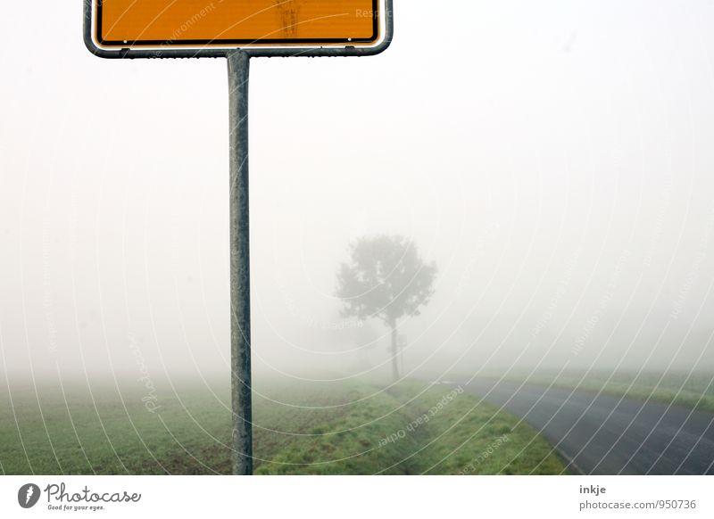 Dort, wo der Hund begraben liegt. Landschaft dunkel Umwelt kalt Straße Herbst Wege & Pfade Luft Wetter Nebel Schilder & Markierungen Verkehr Klima Dorf