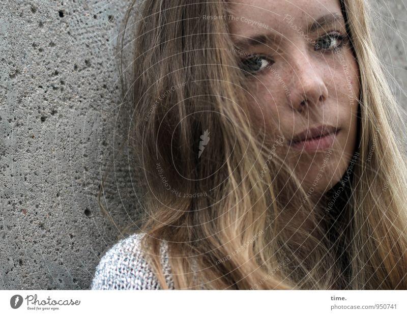 . Mensch Jugendliche schön Junge Frau ruhig Wand feminin Mauer träumen blond warten beobachten Schutz Gelassenheit Vertrauen Wachsamkeit