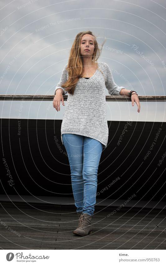 . feminin Junge Frau Jugendliche 1 Mensch Himmel Wolken Balkon Jeanshose Pullover blond langhaarig beobachten stehen warten Coolness schön Wachsamkeit Vorsicht