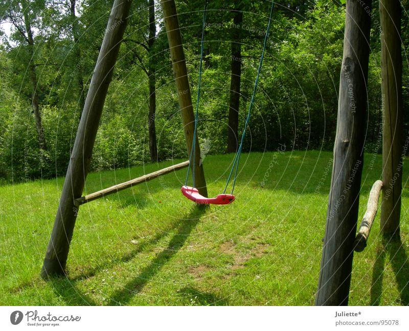Gelungen abgesprungen grün rot Sommer Einsamkeit Wiese Spielen springen Geschwindigkeit Schaukel