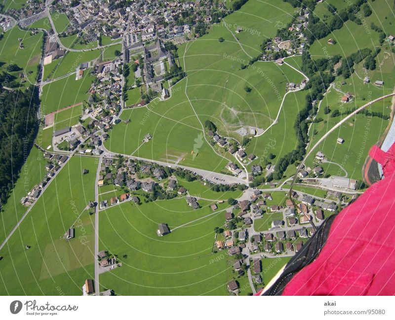 Mit dem Gleitschirm über Engelberg betriebsbereit Gleitschirmfliegen Farbenspiel himmelblau Starterlaubnis Kontrollblick krumm Schweiz Freude Freizeit & Hobby