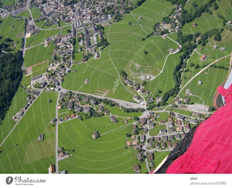 Mit dem Gleitschirm über Engelberg Freude Farbe Beginn Luftverkehr Freizeit & Hobby Schweiz Gleitschirmfliegen krumm himmelblau Kloster Fallschirm