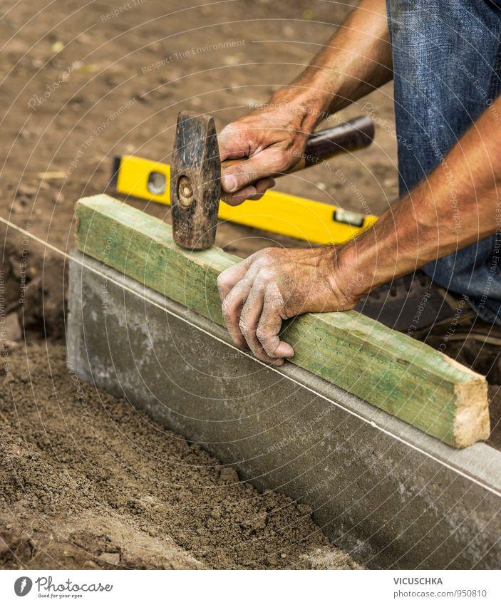Hammer in männliche Hände auf der Baustelle Mensch Mann Hand Erwachsene Beruf Werkzeug bauen Baustein Messinstrument klopfen