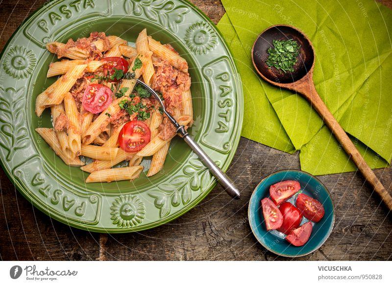 Penne Pasta mit Thunfischsauce und Tomaten. Lebensmittel Gemüse Mittagessen Festessen Bioprodukte Vegetarische Ernährung Diät Italienische Küche Teller
