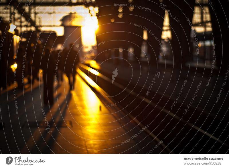 into the sun Ausflug Städtereise Mensch Menschenmenge bevölkert Bahnhof Verkehrsmittel Personenverkehr Bahnfahren Bahnhofshalle Bahnsteig Gleise