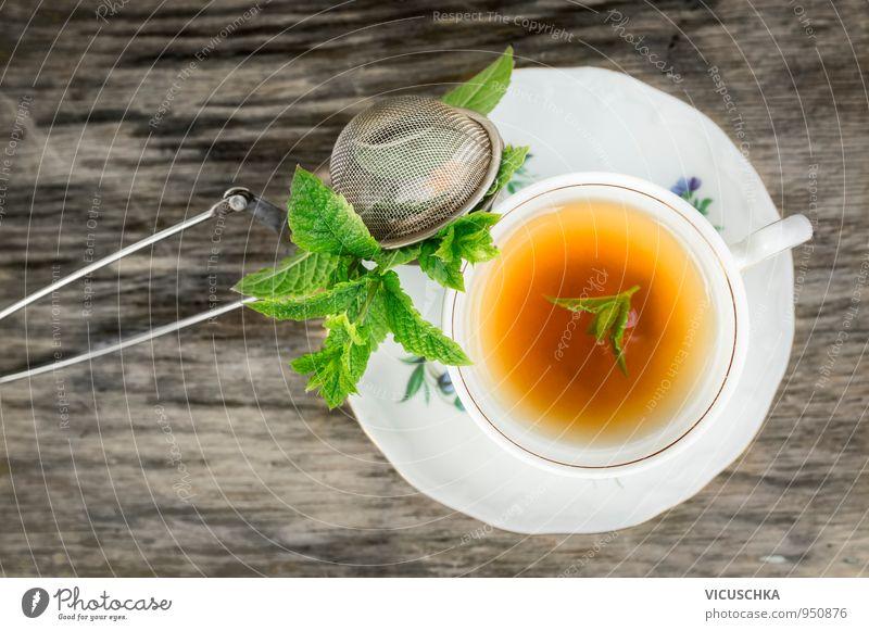 Tasse Tee mit Minze und Teesieb auf alten Holztisch Lebensmittel Kräuter & Gewürze Ernährung Getränk Erfrischungsgetränk Heißgetränk Geschirr Teller Lifestyle