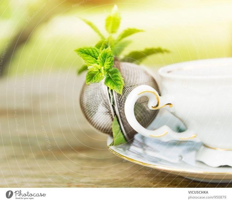 Teesieb mit Minze Kraut und Becher auf Tisch im Garten Natur Ferien & Urlaub & Reisen Erholung ruhig Gesunde Ernährung Leben Stil Gesundheit Lebensmittel Design