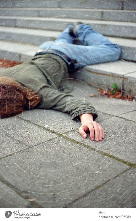 alkohol Mann Hand liegen Treppe Beton Trauer fallen Ende Rauschmittel Alkohol Verzweiflung Absturz Game over