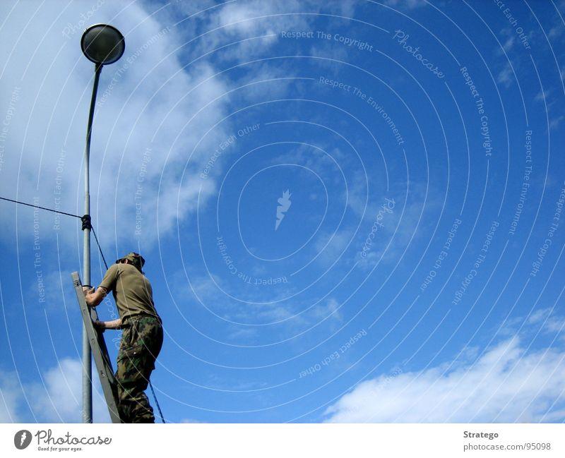 Aufstieg Lampe Laterne Draht Mann Wolken aufsteigen Uniform Himmel blau Leiter Kabel Mensch Soldat Army Leitungsbau Übermittlung bauen Funken