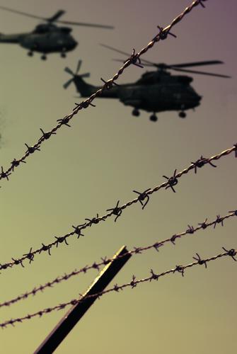 move for G8 Angst Luftverkehr gefährlich bedrohlich Schutz Zaun Konflikt & Streit Krieg Soldat Panik Hubschrauber Terror Stacheldraht Polizei