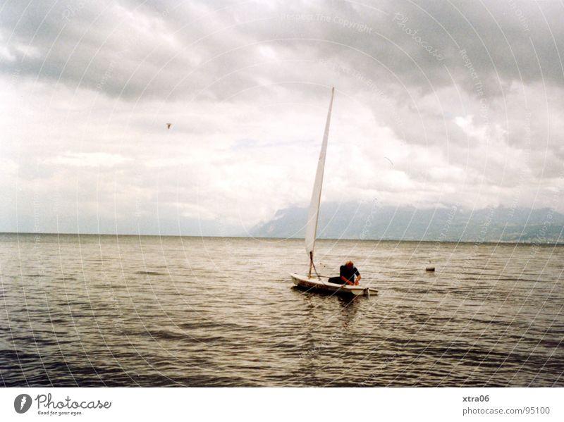 Annecy 4 - Stille See Gewässer Wolken Wasserfahrzeug Mann Wellen Wellengang Horizont Einsamkeit ruhig Frankreich Himmel Segel