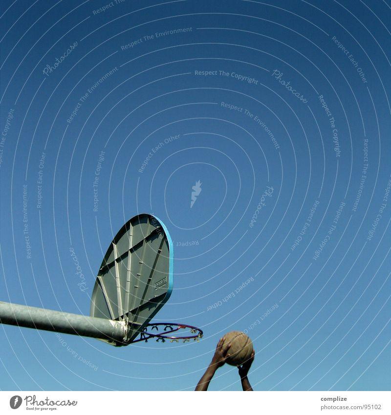 korb ball Basketballkorb Korb Hand Platz Schulsport Treffer Mann Sport Genauigkeit Spielen Sportveranstaltung Konkurrenz Ball blau Blauer Himmel court Erfolg