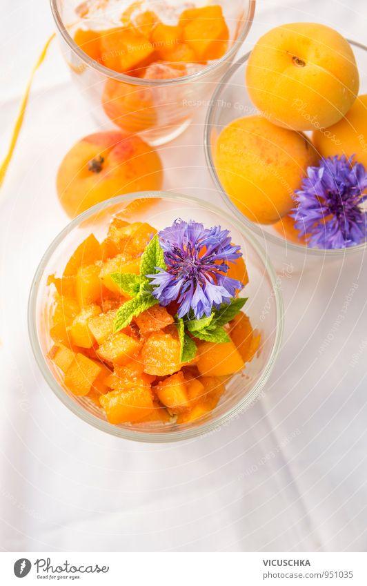 Aprikosen Dessert mit Zucker, dekoriert mit blauen Kornblumen Sommer weiß Blume Lifestyle Garten Lebensmittel Design Frucht Dekoration & Verzierung Glas Ernährung Tisch Bioprodukte Frühstück Dessert Vegetarische Ernährung