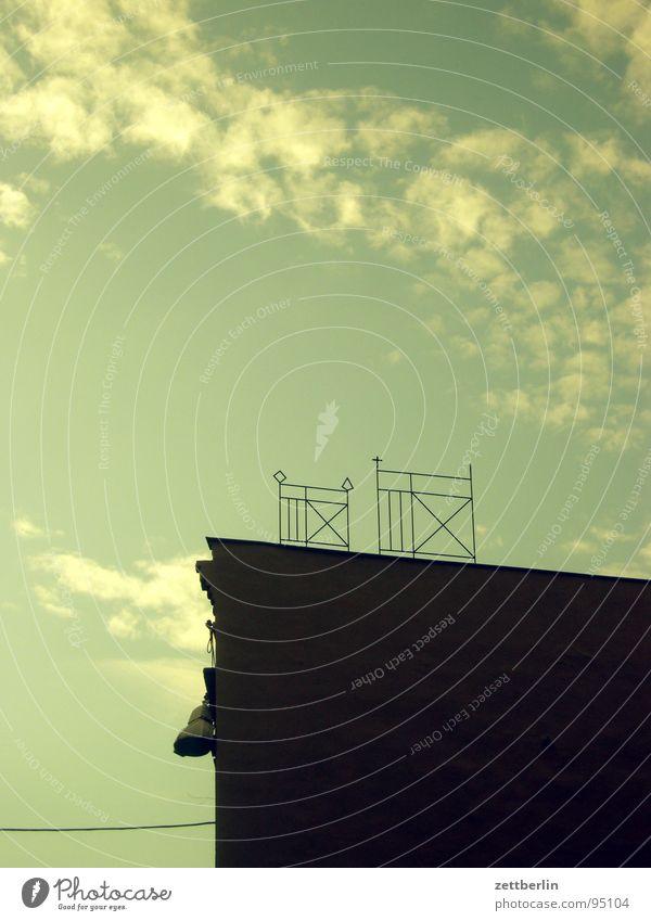 Aschersleben Dach Haus Wolken Cirrus antik Detailaufnahme Himmel Architektur Geländer dachterasse schmiedeeisern alt grauer hof
