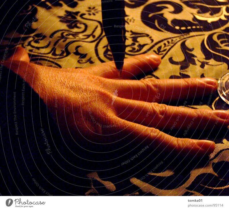G5-Kitzel Mann Hand Spielen Angst Geschwindigkeit gefährlich Tisch Finger Macht Gastronomie Konzentration eng Seite Versuch Blut