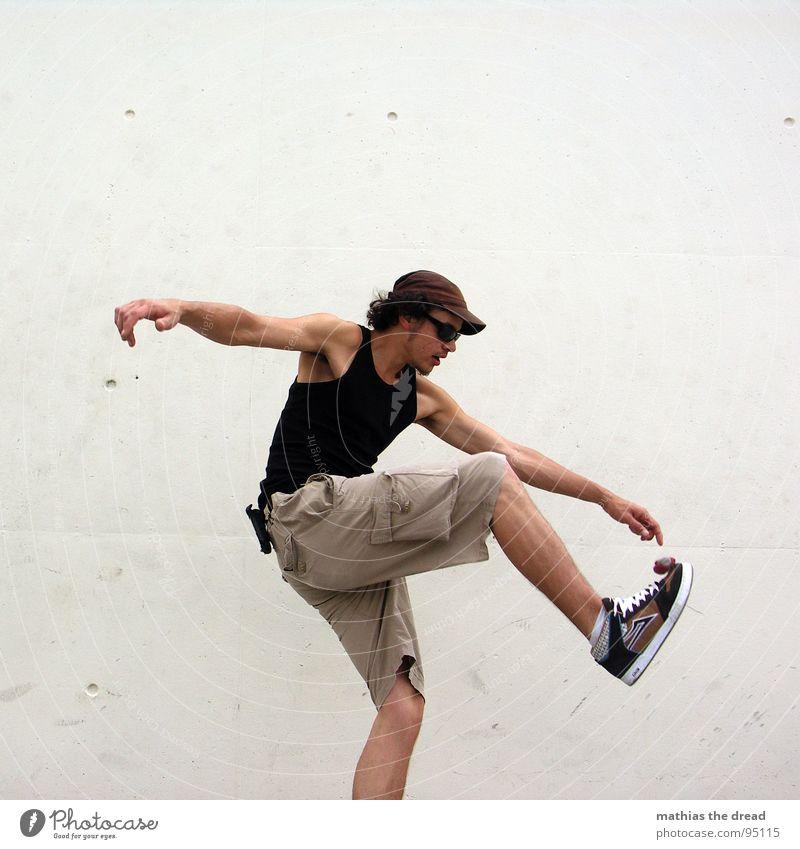 FOOTBAG I Mann Jugendliche Freude Sport Wand Spielen Stil Bewegung Gesundheit Hintergrundbild maskulin Aktion Ball fangen Konzentration sportlich