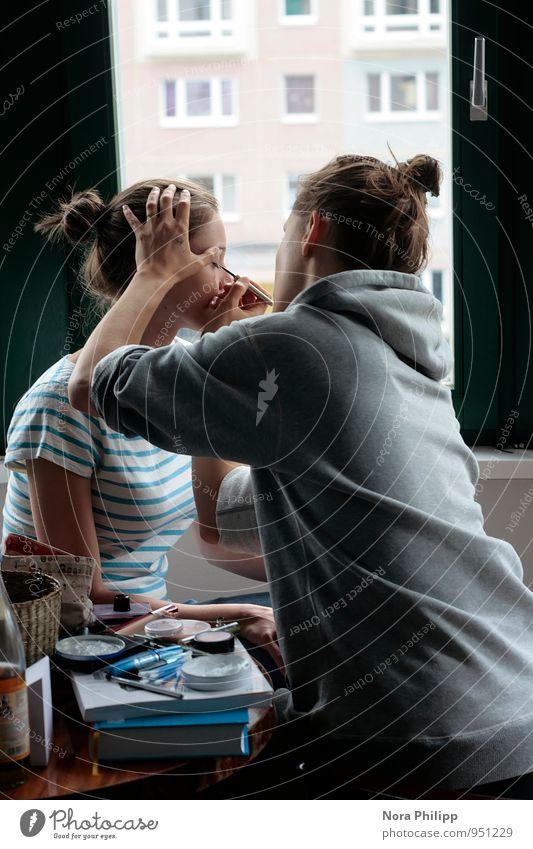 Was ist schön? Mensch Jugendliche Junge Frau Hand 18-30 Jahre Fenster Erwachsene Gesicht feminin Stil Haare & Frisuren Kopf Freundschaft Zusammensein Wohnung
