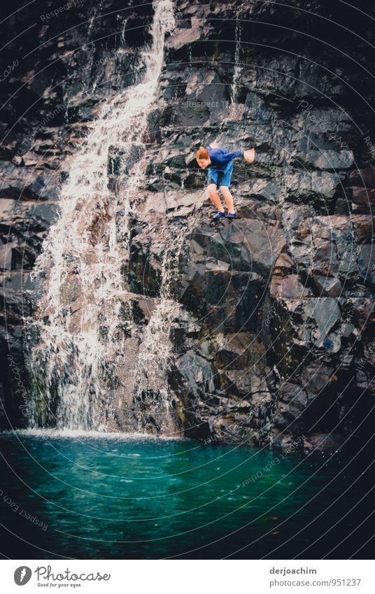 Sich fallen lassen Mensch Kind Jugendliche blau Wasser Sommer Freude Junger Mann Umwelt Schwimmen & Baden Stein außergewöhnlich fliegen Felsen springen