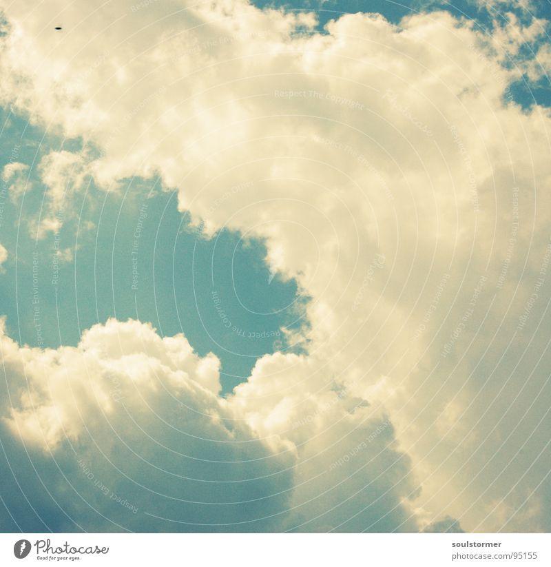 Suchbild Wolken weiß Schaf Himmel schön Cross Processing offen Zukunft blau Wolkenturm clouds sky heaven crossfarben digital-cross Sonne Beleuchtung dreckig