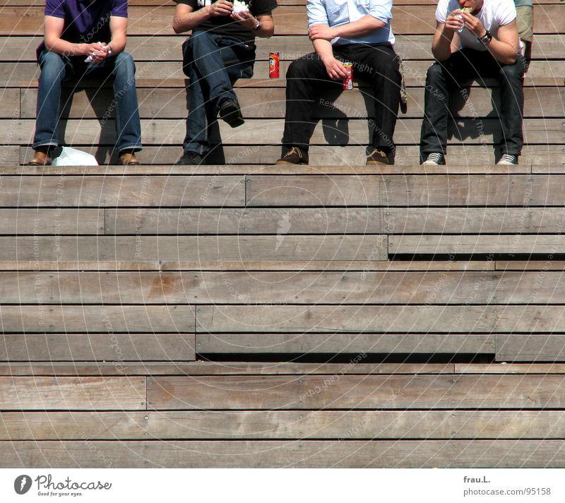 Maaahlzeit! Mensch Mann Holz Beine Freundschaft Freizeit & Hobby Treppe mehrere Ernährung Pause Jeanshose Mitarbeiter Mittag Tribüne Mittagspause