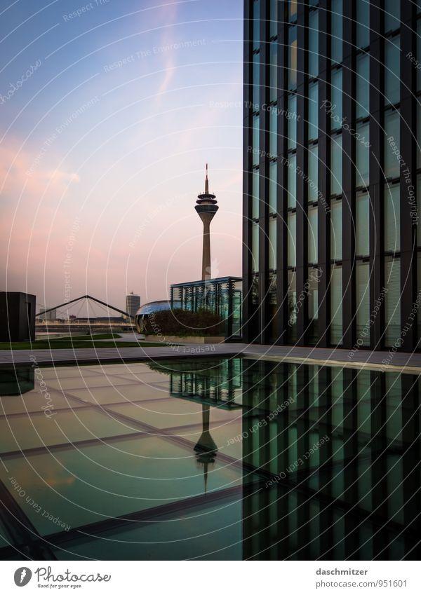 Düsseldorf - Rheinturm Stadt Hauptstadt Stadtzentrum Skyline Hochhaus Bankgebäude Brücke Bauwerk Gebäude Architektur Sehenswürdigkeit Wahrzeichen Hyatt Glas