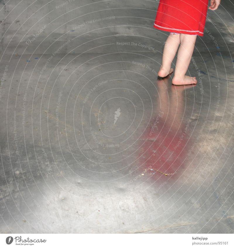 das blech Kind rot Sommer Mädchen Freude kalt Leben Wärme Spielen Beine Metall Fuß laufen Bodenbelag Kindheitserinnerung Kleid