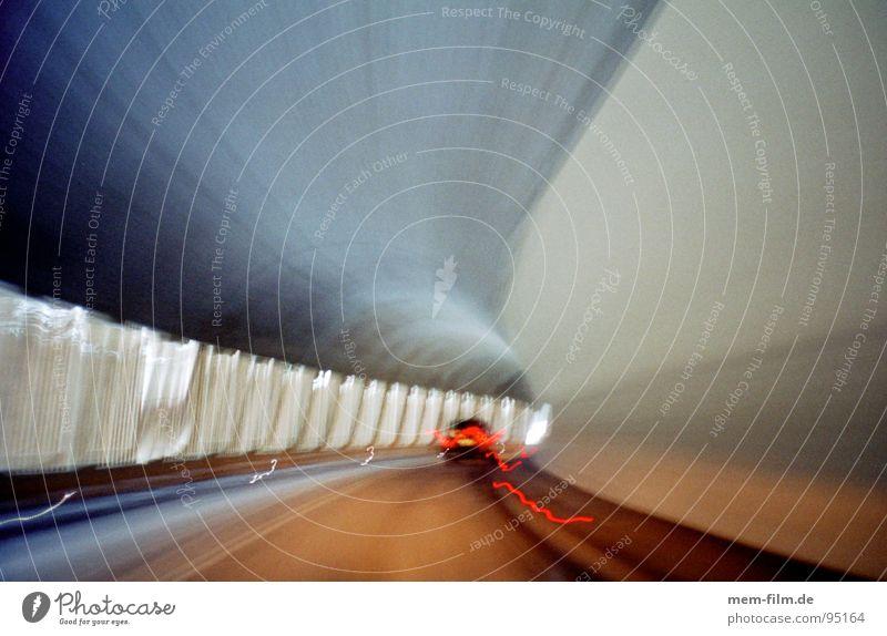 durch den berg 2 Tunnel Windschutzscheibe dunkel fahren Zeit Leuchtstoffröhre Licht Fahrbahn Streifen grau Geschwindigkeit Verkehr Reflexion & Spiegelung Spuren