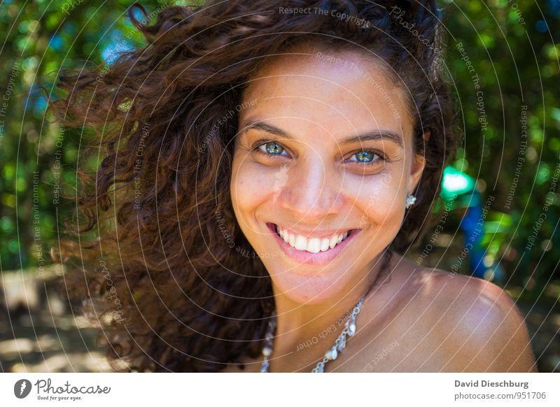 Be happy feminin Kopf Haare & Frisuren Gesicht Auge Ohr Nase Mund Lippen Zähne 1 Mensch 18-30 Jahre Jugendliche Erwachsene brünett Locken blau braun grün