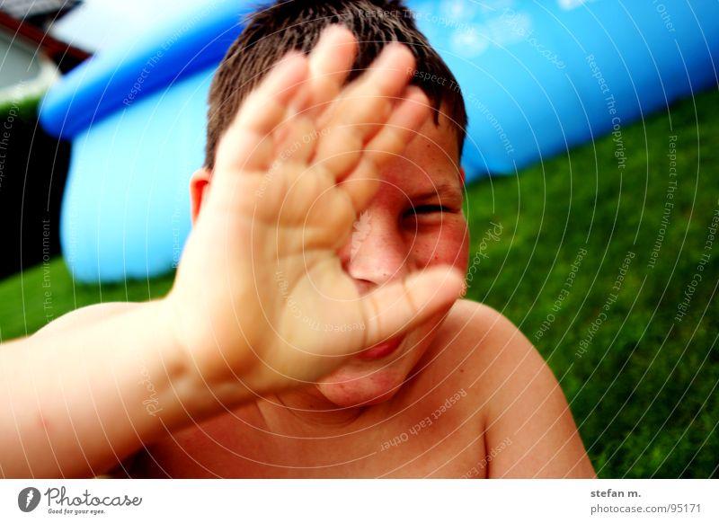 POOLjunge Hand Wasser schön Sonne grün blau Sommer Wiese Garten Haut Wetter nass Schwimmbad verstecken Wetterschutz