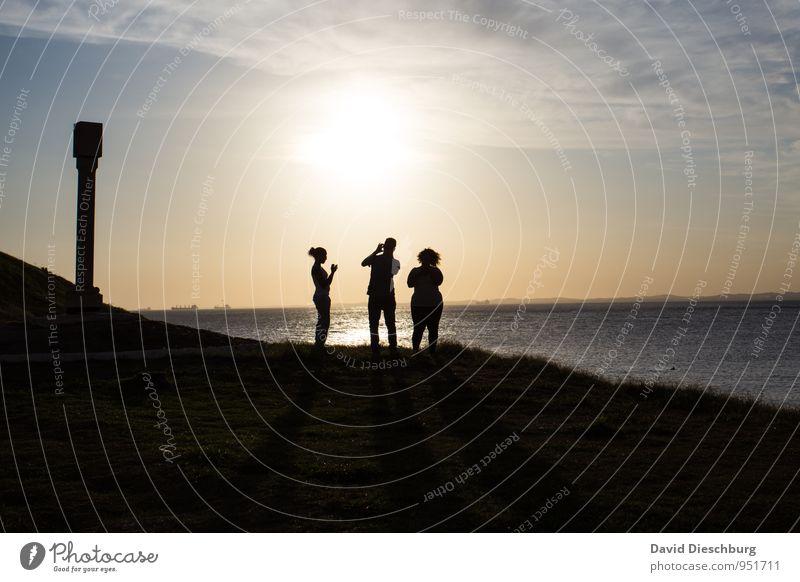 Trio auf Netzsuche Mensch Frau Himmel Mann blau weiß Sommer Meer Landschaft Wolken schwarz gelb Leben Küste Horizont Körper