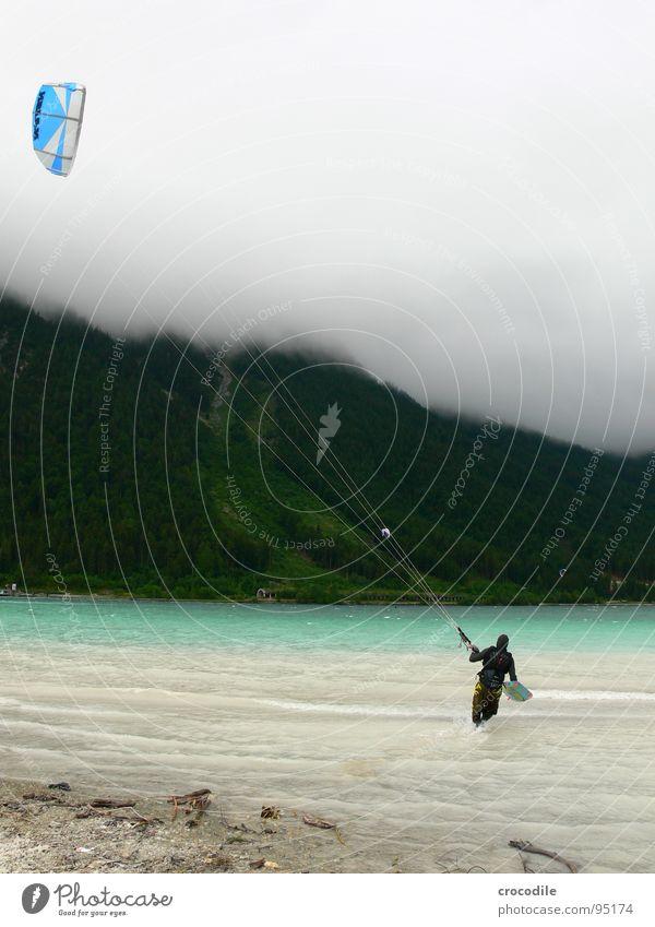 himmelsstürmer Kiter Surfer See Achensee Bundesland Tirol kalt Wind Wolken Leidenschaft dunkel Strand Schnur Wald Sport gefährlich Extremsport kitesurfer