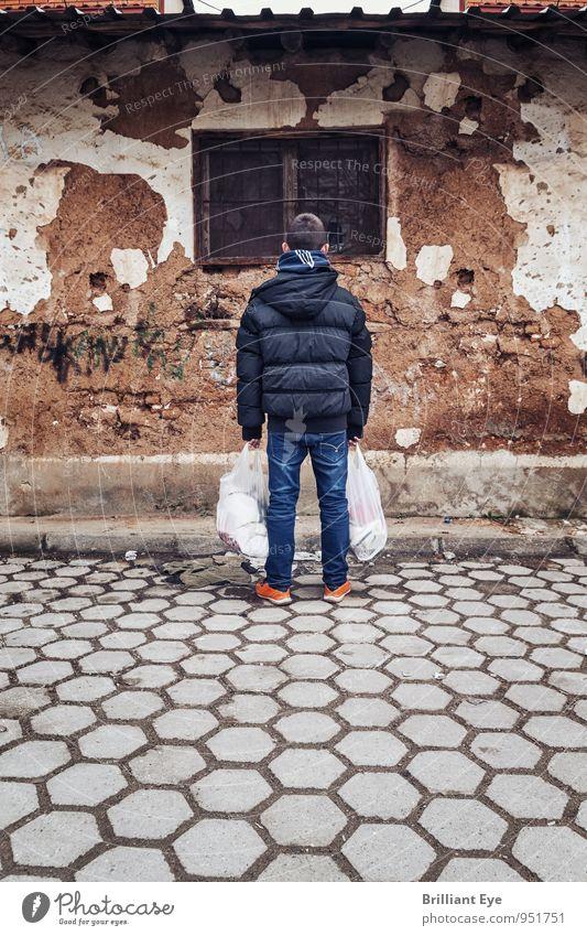 Junge mit Einkaufstaschen vor heruntergekommenes Haus Kind alt Winter kalt Herbst Gefühle Holz Stimmung Horizont Fassade authentisch stehen Kindheit Armut