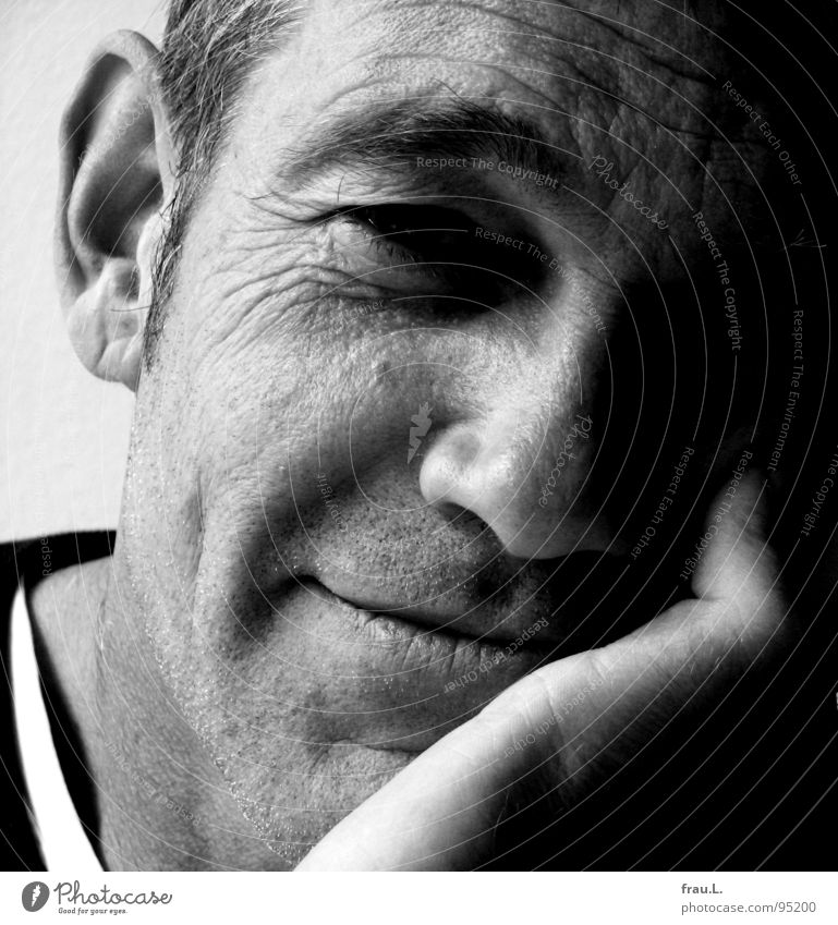 RA Mensch Mann Hand Freude Gesicht lachen maskulin Finger Porträt T-Shirt Ohr Falte Pullover Hals charmant 50 plus