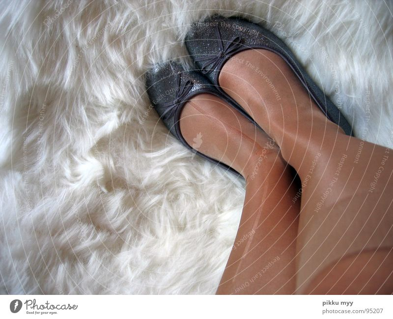 Tanzmaus Schuhe Strumpfhose gerissen gebraucht glänzend lang Fell weich weiß Strümpfe Zufriedenheit kaputt Hautfarbe Schleife Erholung Innenaufnahme Freude