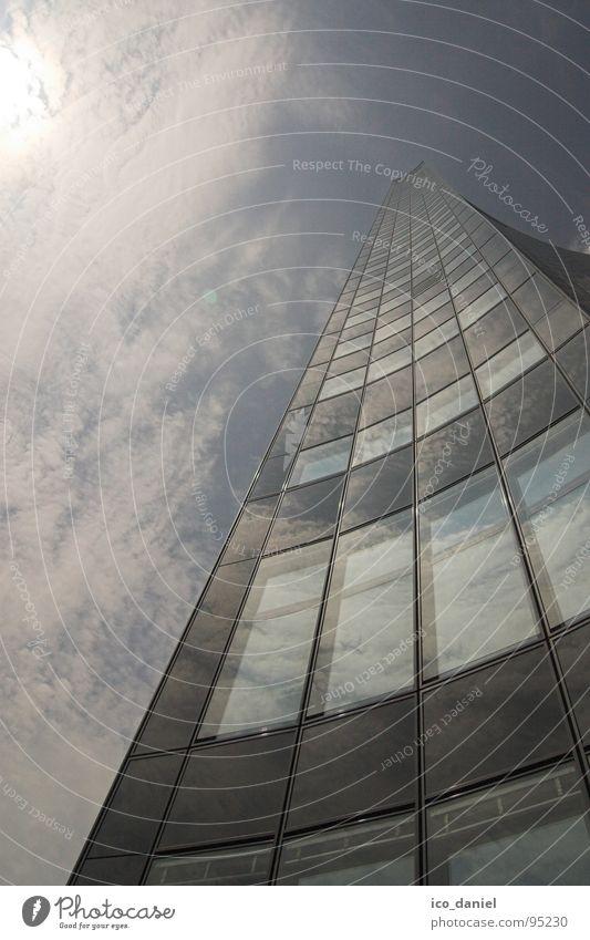 Uniriese - Leipzig Wolken Sonnenlicht Hochhaus Gebäude Fenster Glas groß hoch modern Perspektive Sachsen schmal Deutschland Farbfoto Außenaufnahme Tag